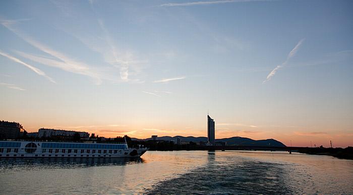 Wien Sonnenuntergang über der Donau, Brigittenauer Brücke, Millennium Tower Kahlenberg Leopoldsberg