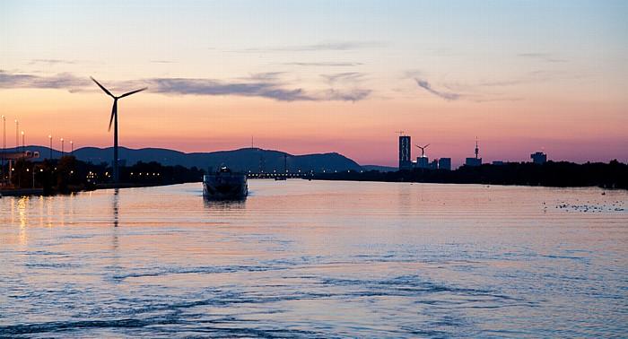 Wien Sonnenuntergang über der Donau DC Tower 1 Donau City Donauturm Kahlenberg Leopoldsberg