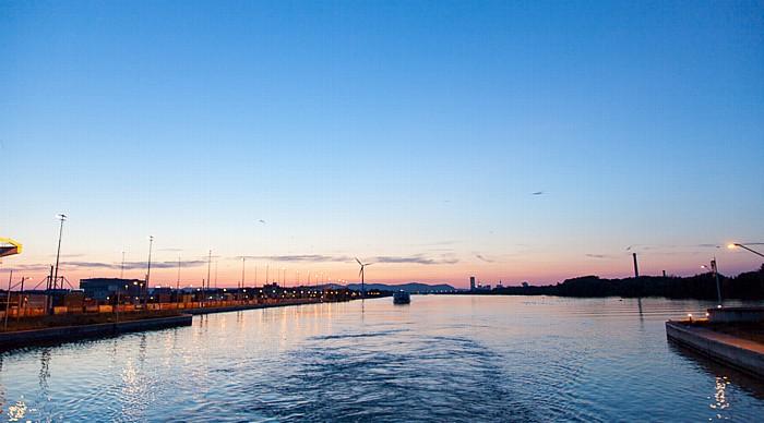 Wien Sonnenuntergang über der Donau Hafen Freudenau