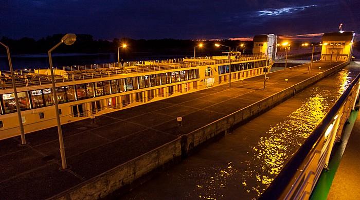 Luftenberg an der Donau Schleuse und Kraftwerk Abwinden-Asten: a-rosa Schiff riva