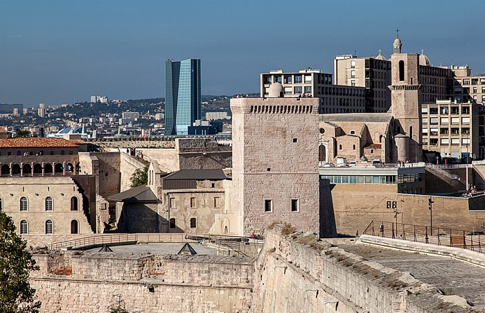Blick vom Fort Saint-Nicolas: Fort Saint-Jean, Église Saint-Laurent de Marseille und Tour CMA CGM