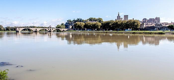Blick von der Île de la Barthelasse: Rhone, Pont Saint-Bénézet (Pont d'Avignon), Papstpalast (Palais des Papes)