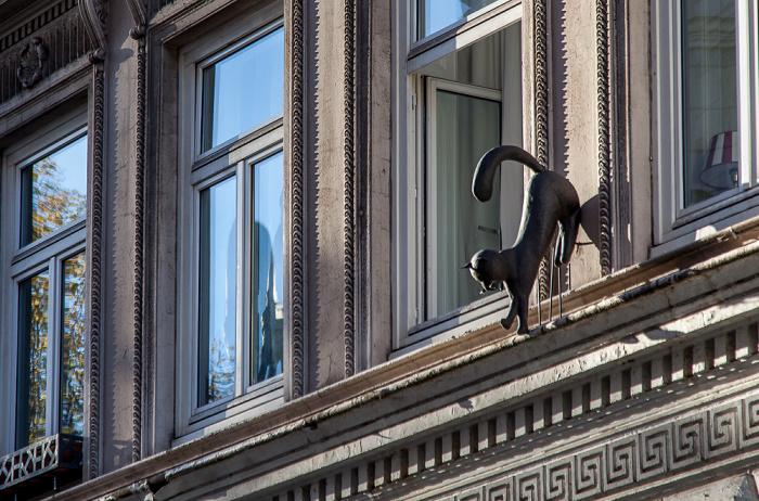 Hamburg Wexstraße: Katze an der Hauswand