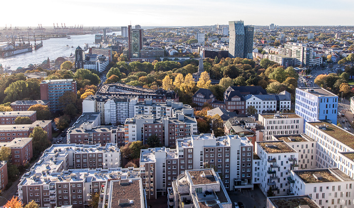 Hamburg Blick vom Turm der St.-Michaelis-Kirche (Michel): Hafen, Elbe, Alter Elbpark und Tanzende Türme Hamburger Hafen