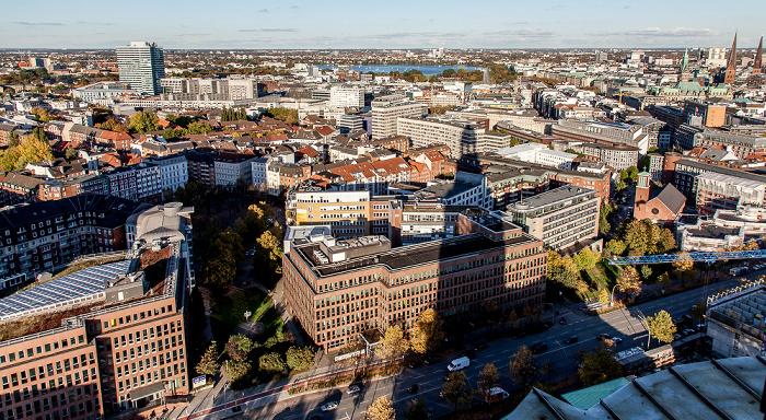 Hamburg Blick vom Turm der St.-Michaelis-Kirche (Michel): Neustadt (links) und Altstadt Außenalster Emporio-Hochhaus Hamburger Rathaus St.-Ansgar-Kirche St.-Jacobi-Kirche St.-Petri-Kirche