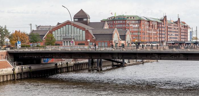 Hamburg Blick vom Wandrahmsteg: Zollkanal, Oberbaumbrücke und Deichtorhallen (Haus der Photographie) Fruchthof