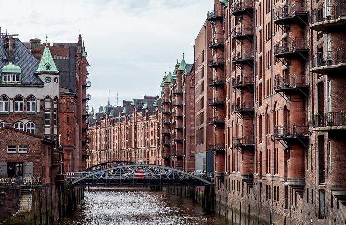Hamburg Speicherstadt - Blick von der Poggenmühlenbrücke: Wasserschloss (links) und Wandrahmsfleet (mit Wandrahmsfleetbrücke)