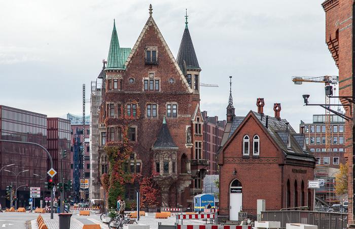 Hamburg Speicherstadt: Kontorhaus Am Sandtorkai 1 und St. Annenplatz mit Fleetschlösschen (rechts)