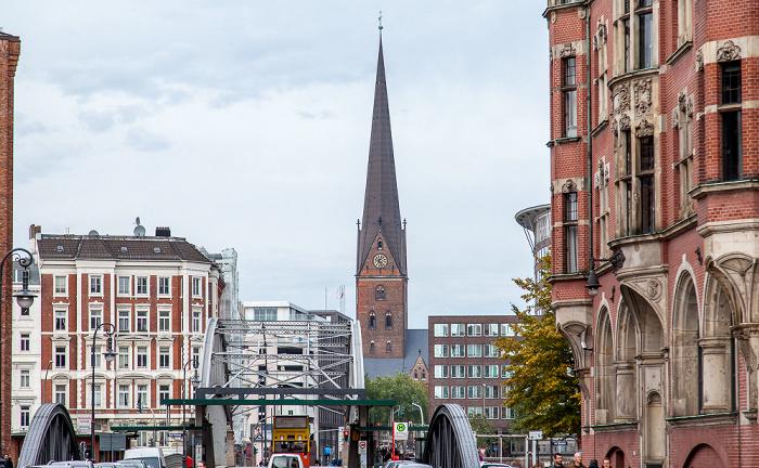 Hamburg Speicherstadt: Bei St. Annen mit Wandbereiterbrücke (vorne) und Kornhausbrücke Holländischer Brook St.-Petri-Kirche