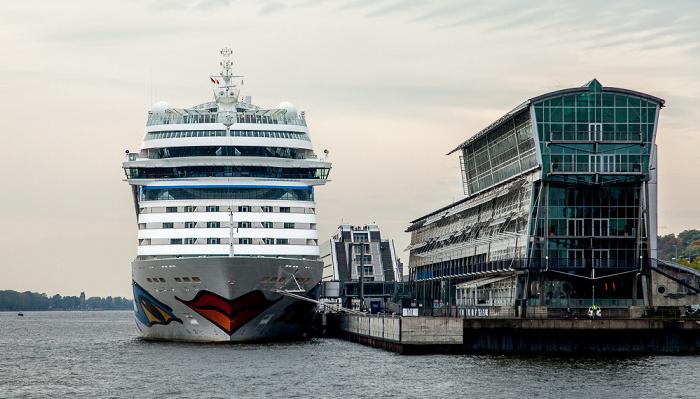 Elbe: Kreuzfahrtschiff AIDAsol am Alten Fährterminal Hamburg