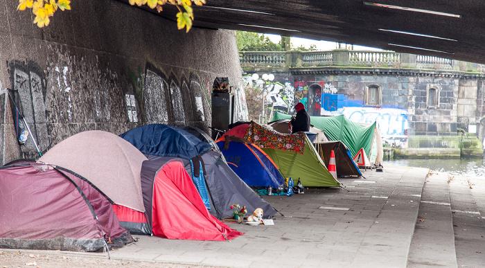 Hamburg Unter der Kennedybrücke: Zelte