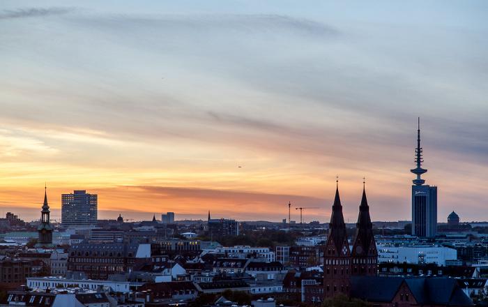 Blick aus dem Hotel Motel One Hamburg-Alster: St. Georg Heinrich-Hertz-Turm Radisson Blu Hotel St. Marien-Dom