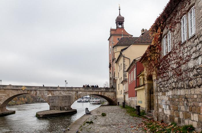 Regensburg Altstadt: Weinlände, Steinerne Brücke, Brückturm