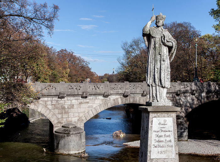 München Praterwehrbrücke: Steinfigur des hl. Johannes von Nepomuk Friedensengel Isar Maximiliansbrücke