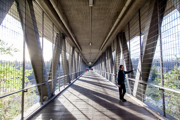 München Großhesseloher Brücke: Rad- und Fußweg innerhalb der Fachwerkkonstruktion