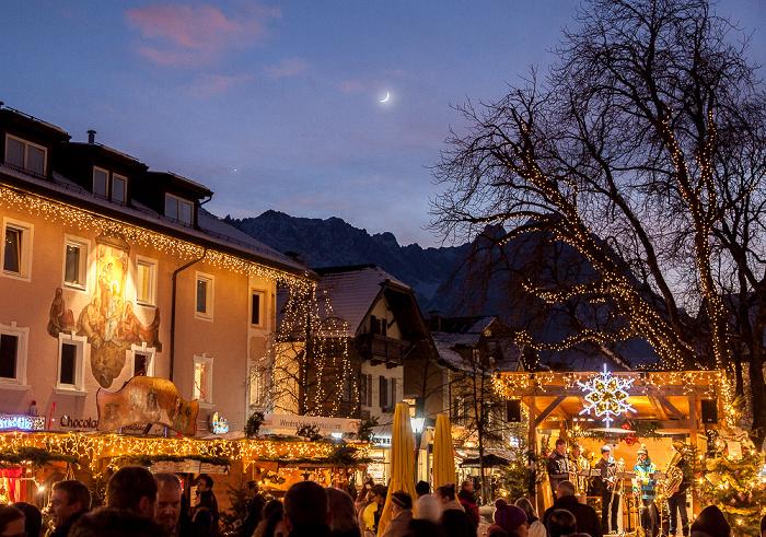 Garmisch-Partenkirchen Weihnachtsmarkt, Mondaufgang über dem Wettersteingebirge
