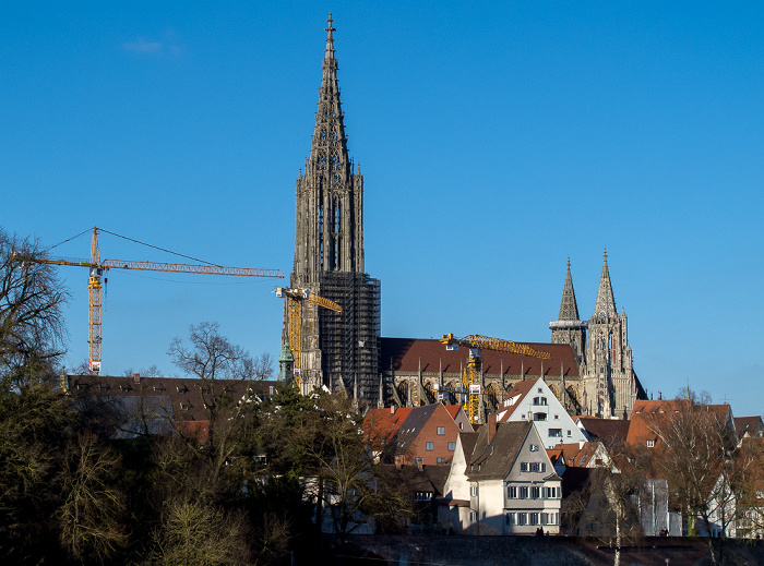 Blick von der Eisenbahnbrücke: Altstadt mit Fischerviertel und Ulmer Münster