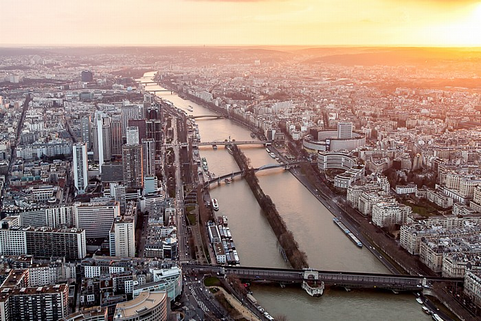 Blick vom Eiffelturm (Tour Eiffel): Seine mit der Île aux Cygnes Paris