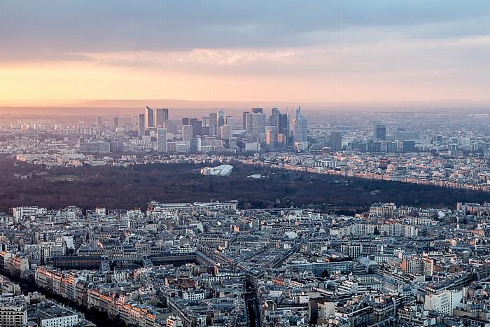 Blick vom Eiffelturm (Tour Eiffel): Bois de Boulogne und La Défense Paris