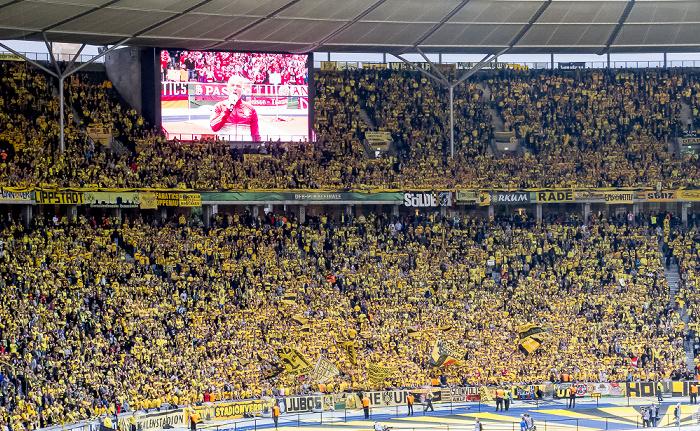Olympiastadion: FC Bayern-Stadionsprecher Stephan Lehmann auf dem Bildschirm in der Dortmunder Fankurve Berlin