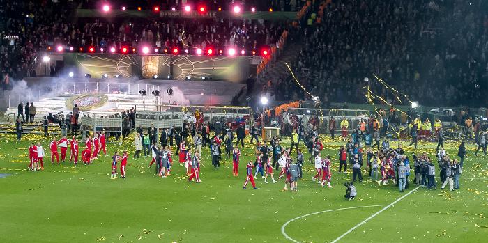 Olympiastadion: Die Spieler des FC Bayern feiern den Pokalsieg Berlin