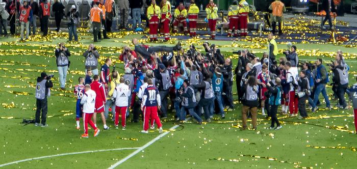 Olympiastadion: Die Spieler des FC Bayern feiern mit ihrem Trainer Pep Guardiola den Pokalsieg Berlin