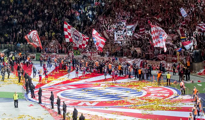 Olympiastadion: Die Spieler des FC Bayern feiern in der Fankurve den Pokalsieg Berlin