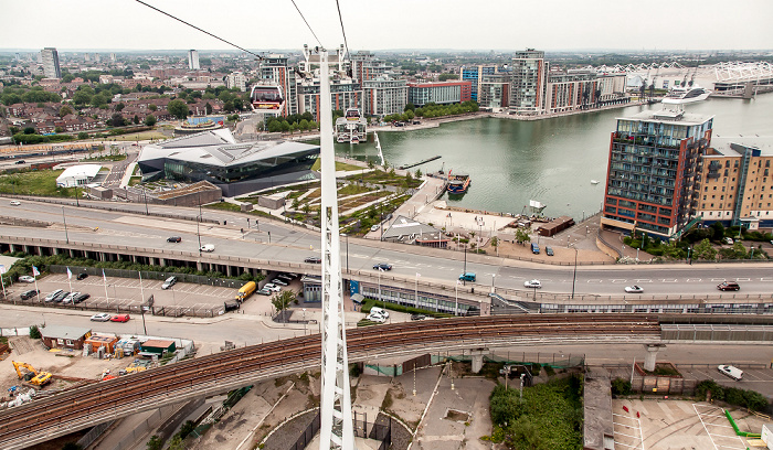 London Blick aus der Emirates Air Line (Thames cable car): Royal Docks Britannia Village Docklands Light Railway ExCeL London Royal Victoria Dock The Crystal Woolwich