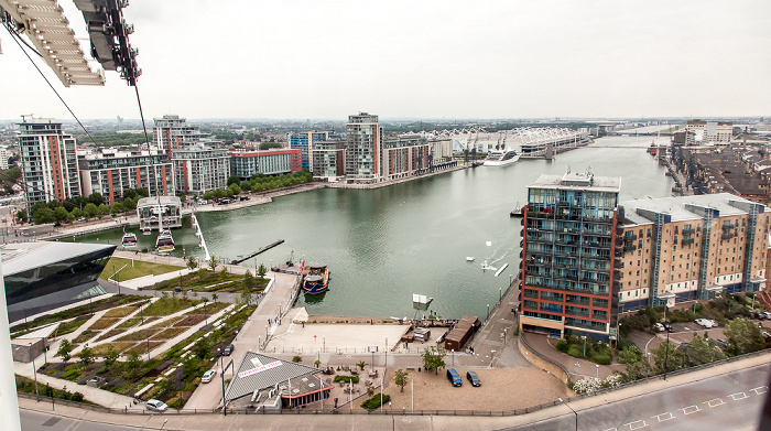London Blick aus der Emirates Air Line (Thames cable car): Royal Docks mit dem Royal Victoria Dock Britannia Village ExCeL London London City Airport Royal Albert Dock The Crystal