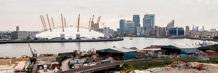 London Blick aus der Emirates Air Line (Thames cable car): Greenwich Peninsula mit The O2 (Millennium Dome) Canary Wharf City of London Docklands