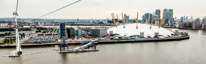 London Blick aus der Emirates Air Line (Thames cable car): Greenwich Peninsula mit The O2 (Millennium Dome) Canary Wharf City of London Docklands Greenwich Pier North Greenwich Pier Themse