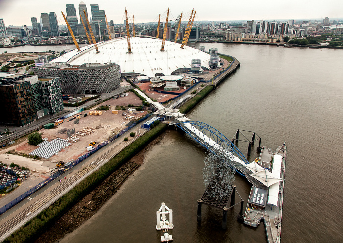 London Blick aus der Emirates Air Line (Thames cable car): Greenwich Peninsula mit The O2 (Millennium Dome) 14 Pier Walk 6 Mitre Passage Canary Wharf Docklands Greenwich Pier North Greenwich Pier Ravensbourne College Themse