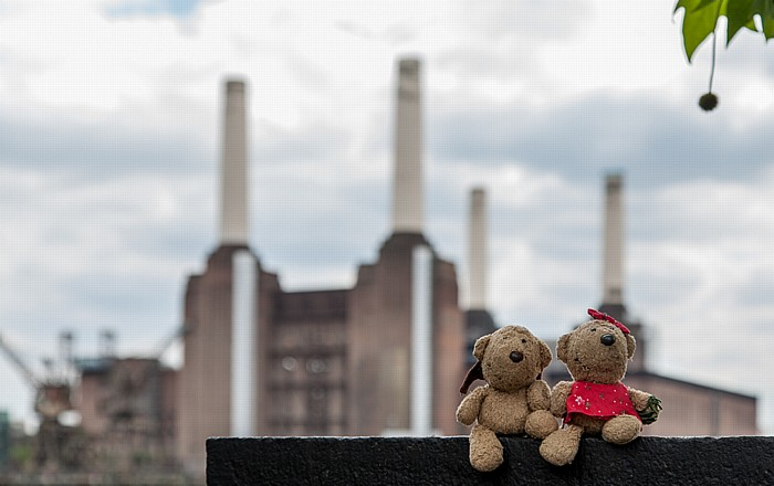London Grosvenor Road: Teddy und Teddine Battersea Power Station Themse