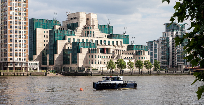 London Blick von Millbank: Themse und SIS Building (Secret Intelligence Service, MI6) in Vauxhall Cross 89 Albert Embankment St George Wharf