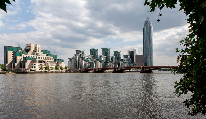 London Blick von Millbank: Themse SIS Building St George Wharf St George Wharf Tower Vauxhall Bridge Vauxhall Cross
