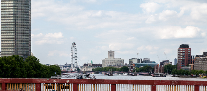London Blick von der Vauxhall Bridge: Themse London Eye Millbank Tower Shell Centre