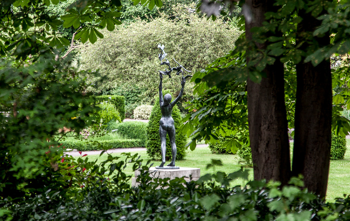 London Belgravia: Cadogan Place Gardens - Girl with Doves (von David Wynne)