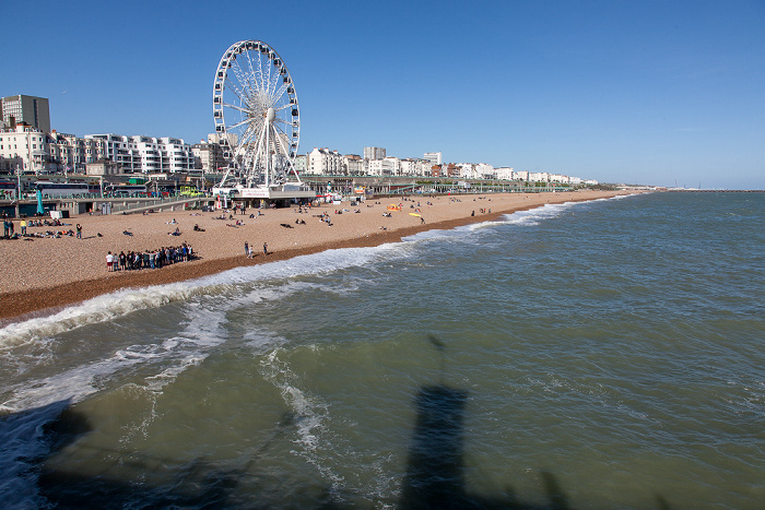 Blick von der Brighton Pier (Brighton Marina and Palace Pier): Strand, Ärmelkanal (English Channel) Brighton Wheel