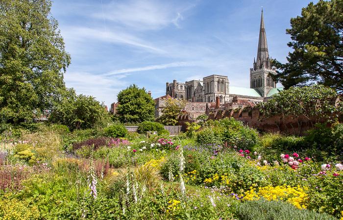 Chichester Garten des Bischofspalastes Chichester Cathedral