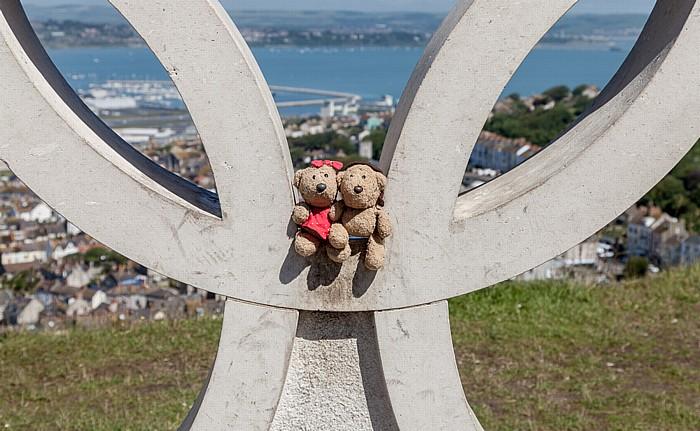 Isle of Portland Olympische Ringe zur Erinnerung an die Segelwettbewerbe der XXX. Olympischen Sommerspiele: Teddine und Teddy Portland Harbour