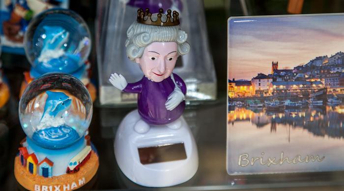 Brixham The Strand: Souvenirshop mit einer Dancing Queen