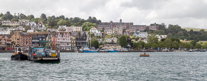Blick von der Dartmouth Lower Ferry: River Dart Britannia Royal Naval College