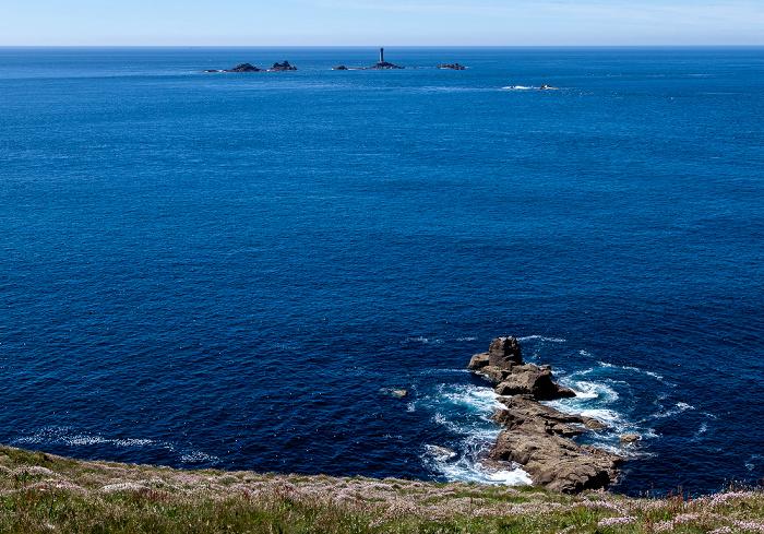 Land's End Ärmelkanal (English Channel) und Atlantik mit den Longships und dem Longships Lighthouse