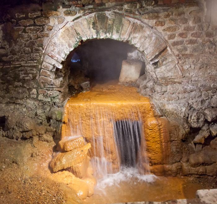 Roman Baths: Überlauf der (Heißwasser-) Quelle