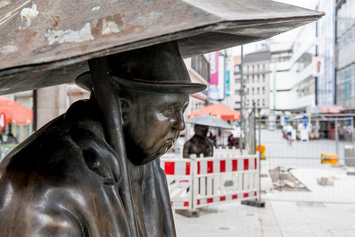 Hannover Mitte: Georgstraße / Große Packhofstraße - Regenschirmfigur (von Ulrike Enders)