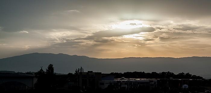 Neydens Blick aus dem ibis Styles Saint Julien en Genevois Vitam: Sonnenuntergang über dem Jura