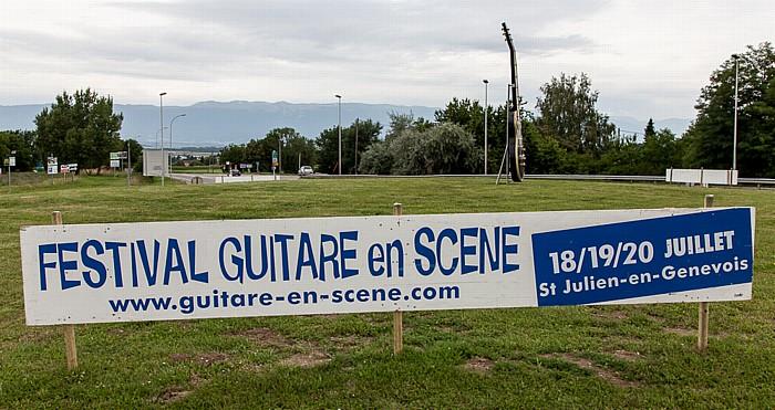 Route d'Annecy: Hinweisschild für das Festival Guitare en Scène 2014 Saint-Julien-en-Genevois