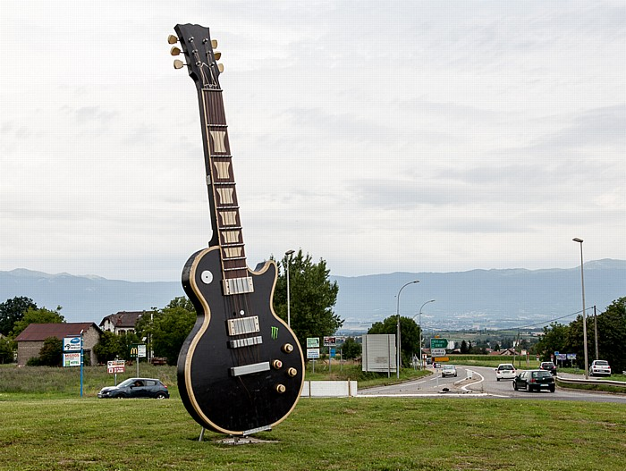 Route d'Annecy: Übergroße Gitarre als Symbol für das Festival Guitare en Scène 2014 Saint-Julien-en-Genevois