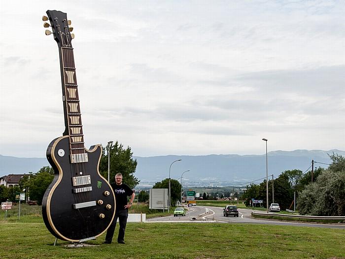 Saint-Julien-en-Genevois Route d'Annecy: Übergroße Gitarre als Symbol für das Festival Guitare en Scène 2014 - Jürgen