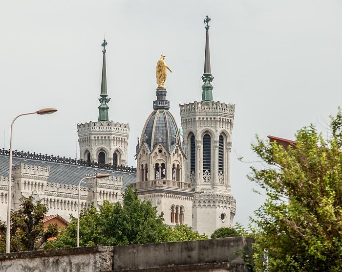 Fourvière: Türme der Basilique Notre-Dame de Fourvière, dazwischen der Turm der Chapelle Saint-Thomas Lyon
